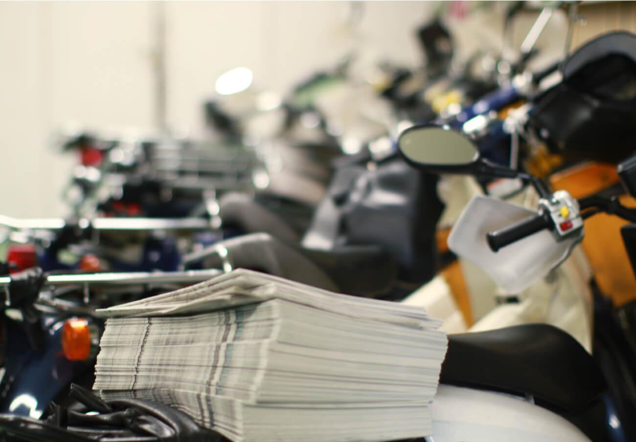 バイクの荷台に積まれた新聞